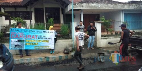 Warga yang swadaya melakukan penambalan jalan berlubang di Kota Malang dengan dana dari hasil penggalangan koin. (Foto: Nurlayla Ratri/MalangTIMES)