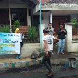 Usai Galang Koin, Warga Tambal Sendiri Jalan Berlubang di Hari Jadi Kota Malang