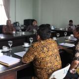 Suasana hearing Komisi B DPRD Jombang dengan Bapenda Kabupaten Jombang di ruang komisi. (Foto : Adi Rosul / JombangTIMES)