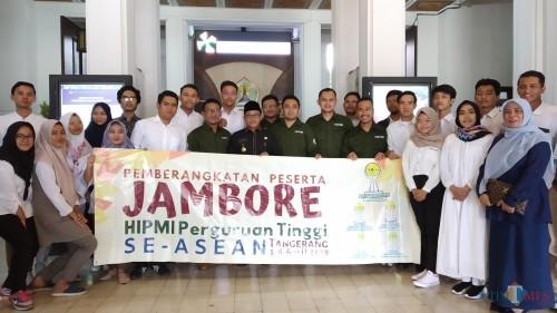 Wali Kota Malang Sutiaji (tengah kenakan kopiah hitam) berfoto bersama peserta Jambore Kedua HIPMI Perguruan Tinggi ASEAN.(Pipit Anggraeni/MalagTIMES).