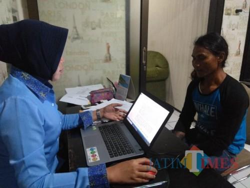 Effendi alias Pendik (kanan) tersangka kasus asusila terhadap anak dibawah umur ketika dimintai keterangan oleh penyidik UPPA Polres Malang, Kecamatan Kepanjen (Foto : Dokumen MalangTIMES)