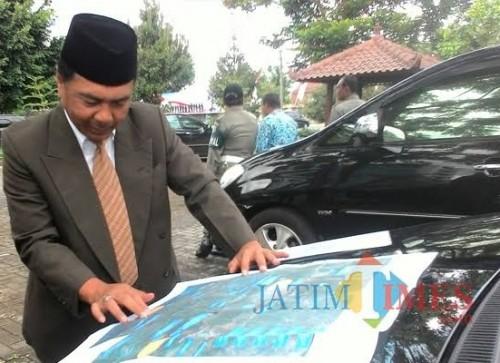 Kepala DPUBM Kabupaten Malang Romdhoni saat menunjukkan peta perencanaan pembangunan jalan dan rencana perubahan jalan (foto: Nana/ MalangTIMES)