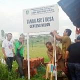 Ketua BPD Desa Genteng Kulon Rudi Latif bersama perangkat Desa Genteng Kulon memasang papan nama kepemilikan TKD Desa Genteng Kulon, Senin (1/4/19) sore.