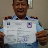 Kalapas Tulungagung  Erry Taruna menunjukkan surat pembebasan Ridwan Sungkar. (foto: Joko Pramono/Jatim Times)