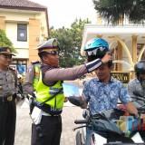 Selain sanksi, Satlantas Polres Blitar Kota juga memberikan helm gratis kepada pelanggar lalu lintas.(Foto : Team BlitarTIMES)