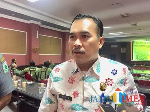 Kepala Satpol PP Kota Batu Robiq Yunianto saat menemui awak media, beberapa waktu lalu. (Foto: Irrsya Richa/ MalangTIMES)