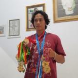 Heru Astriyanto tunjukan medali yang diraihnya (foto: Joko Pramono/JatimTIMES)