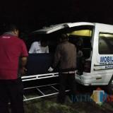 Jenazah Budi Hartanto dimasukkan ke ambulance dan dipulangkan kerumah duka di Kediri.(Foto : Team BlitarTIMES)