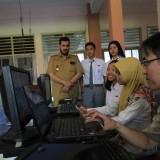 Wali kota Hadi Zainal Abidin saat melihat proses perekaman E-KTP di SMAK Mater Dei (Agus Salam/Jatim TIMES)