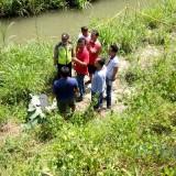 Satreskrim Polres Blitar Kota melakukan olah TKP di lokasi penemuan mayat tanpa kepala dalam koper
