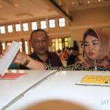 Salah satu pemilih saat memasukkan kertas suara yang sudah dicoblos  (Agus Salam/Jatim TIMES)