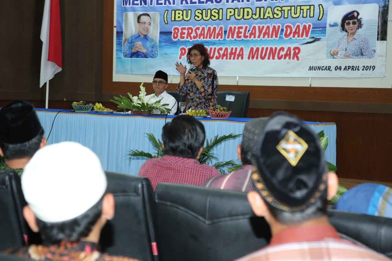 Menteri Susi saat berdialog dengan nelayan