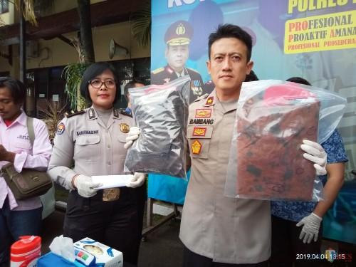 Wakapolres Malang Kota, Bambang Cristanto saat melakukan rilis kasus pembunuhan di Gadang (Anggara Sudiongko/MalangTIMES)