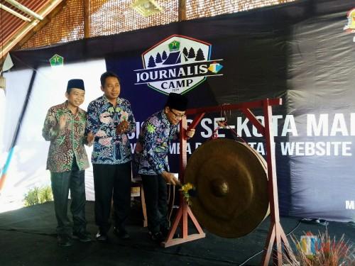 Wali Kota Malang Sutiaji (memukul gong) bersama Dirut JatimTIMES Ghufron Marzuqi dalam pembukaan Journalist Camp 2019. (paling kiri). (Foto: Imarotul Izzah/MalangTIMES)