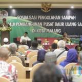 Wakil Wali Kota Malang Sofyan Edi Jarwoko (berdiri) saat hadir dalam sosialisasi pusat daur uang sampah yang berlangsung di Hotel Savana, Kamis (4/4/2019) (foto: Humas Pemkot Malang for MalangTIMES).