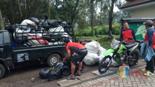 Masyarakat mengumpulkan sampah yang didapat di sekitar pondok bunder dan jalur pendakian Ijen