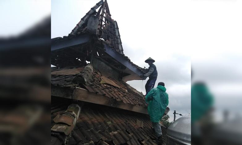 Petugas saat melakukan kerja bakti di musala yang tersambar petir di Jalan Kenanga, Desa Oro-Oro Ombo, Kecamatan Batu,Jumat (5/4/2019). (Foto: istimewa)