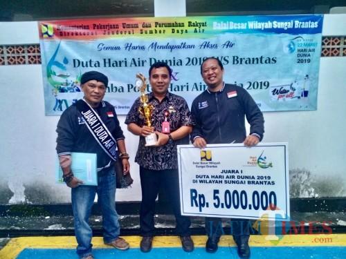 Perwakilan gerakan masyarakat saber pungli sesaat usai menerima penghargaan dari BBWS didampingi perwakilan DLH Kota Batu. (Foto: istimewa)