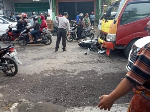 Petugas saat mengevakuasi Lukman Hakim, korban kecelakaan maut, serta mengamankan lalu lintas usai kecelakaan terjadi di Kecamatan Pakis. (Foto : Istimewa)