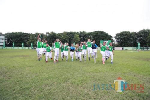 Tim SDN Bandung Rejosari 1 Malang merayakan kemenangan mereka