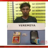 Yeremiya, tersangka narkoba, beserta barang bukti sabu saat diamankan polisi di Kecamatan Dampit. (Foto : Humas Polres Malang for MalangTIMES)