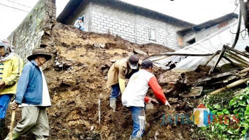 Kondisi tanah longsor di rumah Suyadi di RT 03 RW 16 Kampung Besta Dusun Junggo, Desa Tulungrejo, Kecamatan Bumiaji, Kota Batu. (Foto: Istimewa)