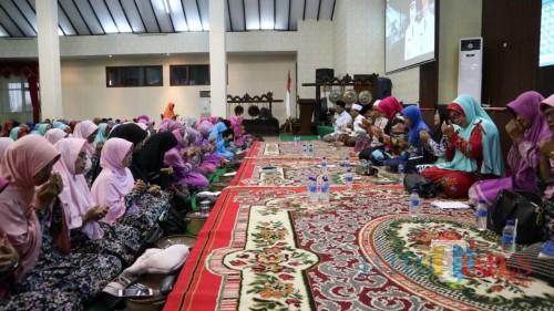 Closing tour wisata religi yang digelar di Pendopo Pemkab Jember diisi dengan Istighosah dan Sholawatan. (foto : Moh. ALi Makrus / JatimTIMES)