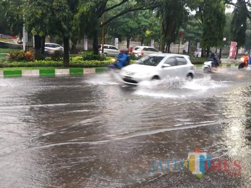Genangan air di kawasan Jl. Veteran saat hujan deras (Pipit Anggraeni/MalangTIMES).