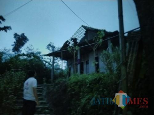 Kondisi puluhan rumah warga yang rusak akibat diterjang angin kencang, Kecamatan Jabung (Foto : PMI Kabupaten Malang for MalangTIMES)