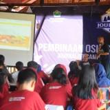 Hijrah Eko Saputro memberikan materi sekaligus praktik dalam Journalist Camp (Igoy/Malang Times)