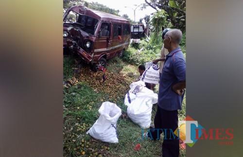 Kondisi mobil carry yang ringsek usai menghantam pohon penerangan yang berlokasi di Jalur Lingkar Barat, Kecamatan Kepanjen (Foto : Facebook)