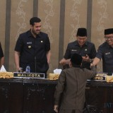 Abdul Azis saat menyerahkan Pandangan Umum Fraksinya ke ketua DPRD Kota Probolinggo (Agus Salam/Jatim TIMES)