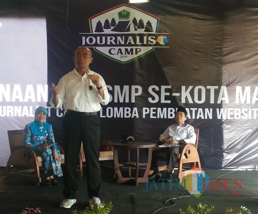 Mendikbud Muhadjir Effendy (berdiri) saat memberikan motivasi dalam Journalist Camp (dok MalangTIMES)