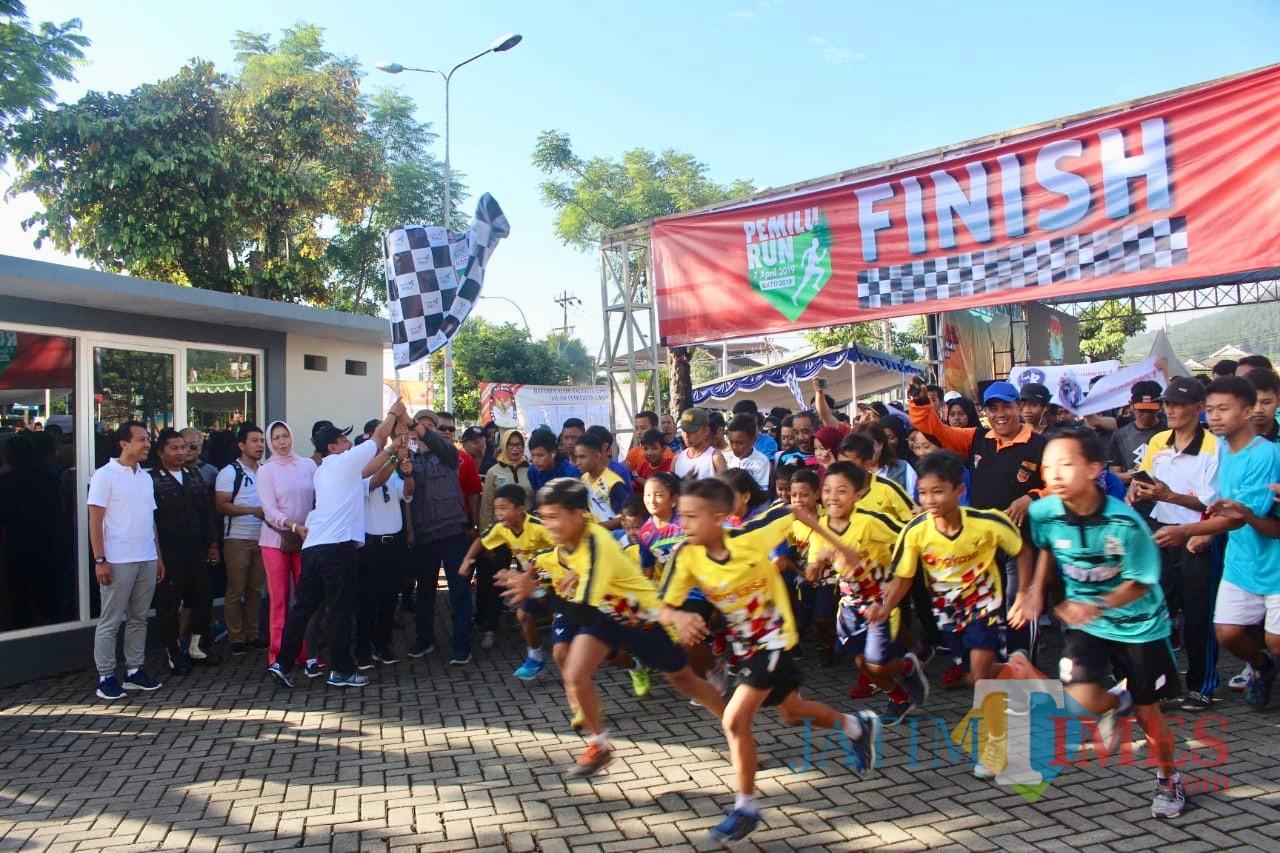 Peserta Pemilu Run saat start di Balai Kota Among Tani, Minggu (7/4/2019). (Foto: istimewa)