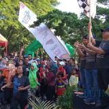 Plt Bupati Tulungagung, Maryoto Birowo saat memberangkatkan peserta Pemilu Run didampingi Kapolres,  Dandim dan Ketua KPU(foto : Joko Pramono/TulungagungTIMES)