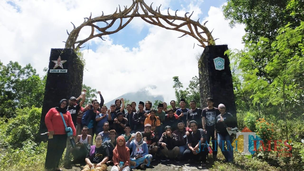 Anggota Gusdurian Jatim ketika berada di Gunung Lemongan Desa Papringan Kecamatan Klakah Lumajang (Foto : Moch. R. Abdul Fatah / Jatim TIMES)