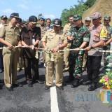 Bupati meresmikan proyek jalan Bantaran dengan memotong pita.(Foto : Aunur Rofiq/BlitarTIMES)