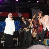 Gubernur Khofifah ketika duet dengan band Slank