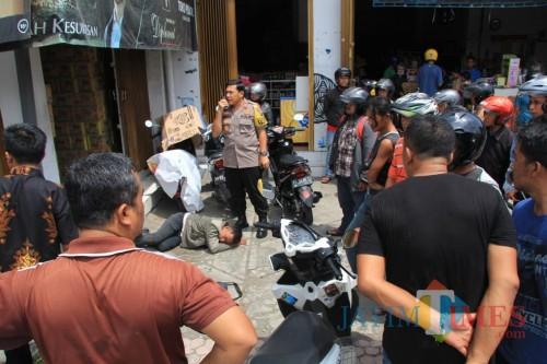 Kapolres Blitar Kota AKBP Adewira mengamankan perampok yang mengalami laka lantas.