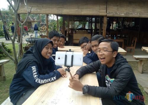 Para peserta Journalist Camp 2019 saat latihan membuat vlog. (Foto: Imarotul Izzah/MalangTIMES)