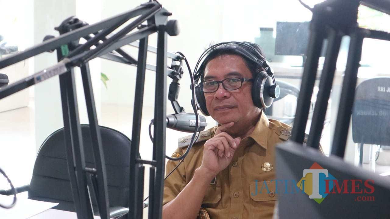 Wakil Bupati Jember, Drs. KH. Abdul Muqit Arief saat menjadi narasumber dalam acara talkshow di salah satu radio di Jember (foto : Izza / JatimTIMES)