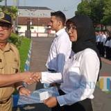 Plt Bupati Tulungagung Maryoto Birowo saat memberikan SK secara simbolis. (foto : Joko Pramono/Tulungagungtimes)