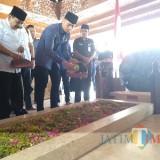 AHY dan Soekarno tabur bunga di Pusara Makam Bung Karno usai berdoa.(Foto : Team BlitarTIMES)