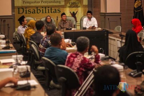 Aunullah A'la Habib ketika menyampaikan materi dalam diskusi (Luqmanul Hakim/Malang Times)