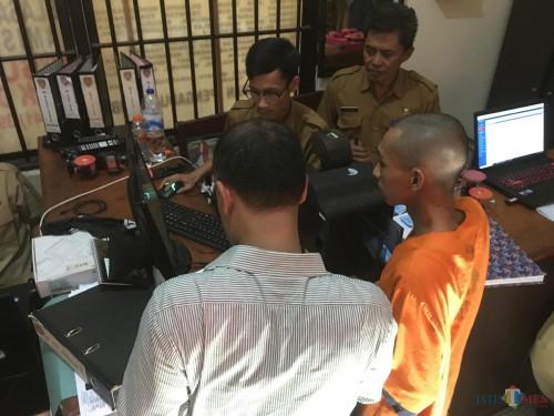 Salah satu tahanan yang menjalani proses pelayanan perekaman E-KTP dari Dispendukcapil Kabupaten Malang di ruang jaga tahanan Polres Malang, Kabupaten Malang (Foto : Ashaq Lupito / MalangTIMES)