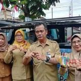 Dua dari kanan: Kepala DPMPTSP Kabupaten Malang Iriantoro bersama staf (Nana)