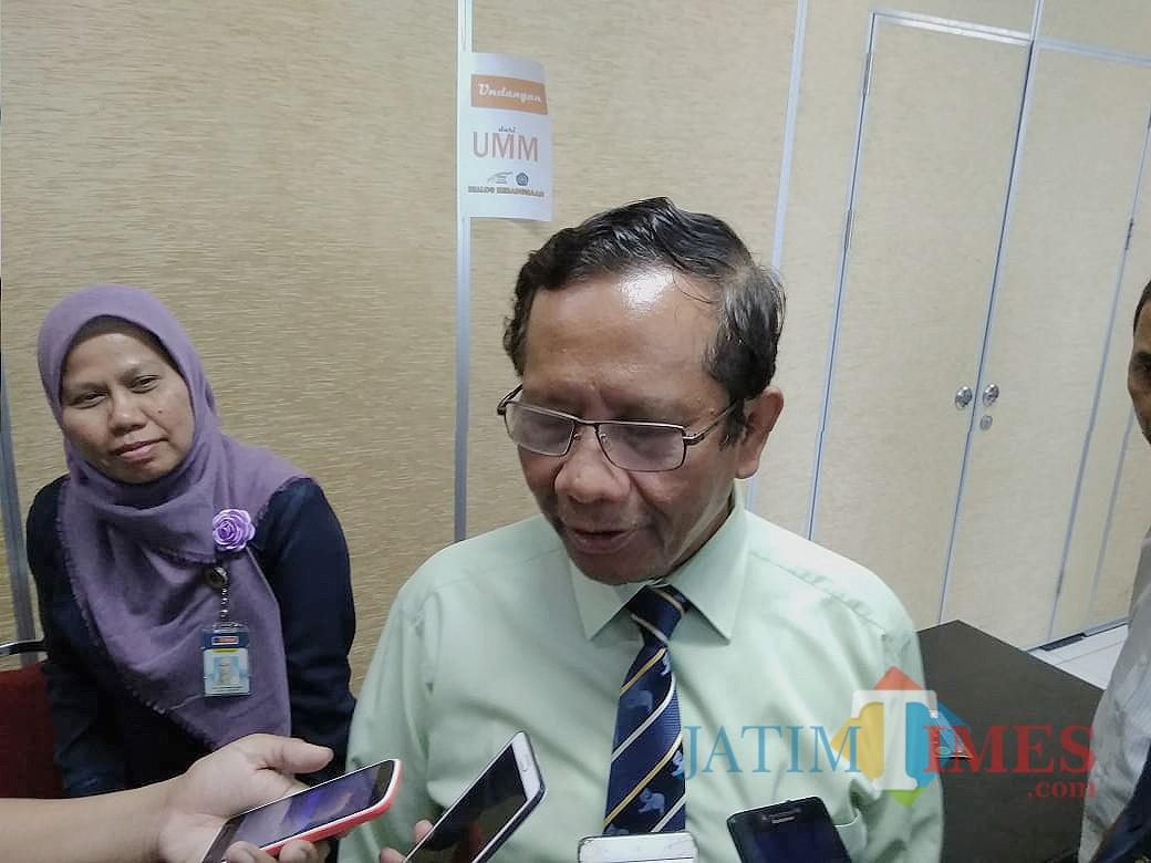 Mahfud MD saat diwawancarai wartawan. (Foto: Imarotul Izzah/MalangTIMES)