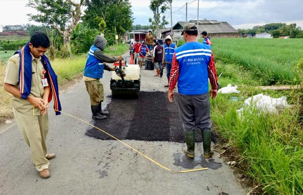 Tim DPUPR Kota Batu saat menambal jalan di Desa Torongrejo, Kecamatan Junrejo. (Foto: DPUPR Kota Batu for BatuTIMES)