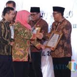 Plt Wali Kota  Santoso mewakili Kota Blitar  menerima penghargaan pembangunan daerah yang diserahkan langsung oleh Gubernur Jatim Khofifah Indar Parawansa.