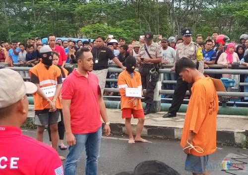 Para pelaku pengeroyokan hingga penusukan yang menyebabkan tewasnya Suyono saat rekonstruksi di Jembatan Gadang (foto: Anggara Sudiongko/ MalangTIMES)